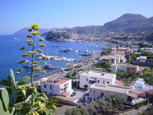 La rada di Lipari, sullo sfondo il porto e la Rocca del Castello